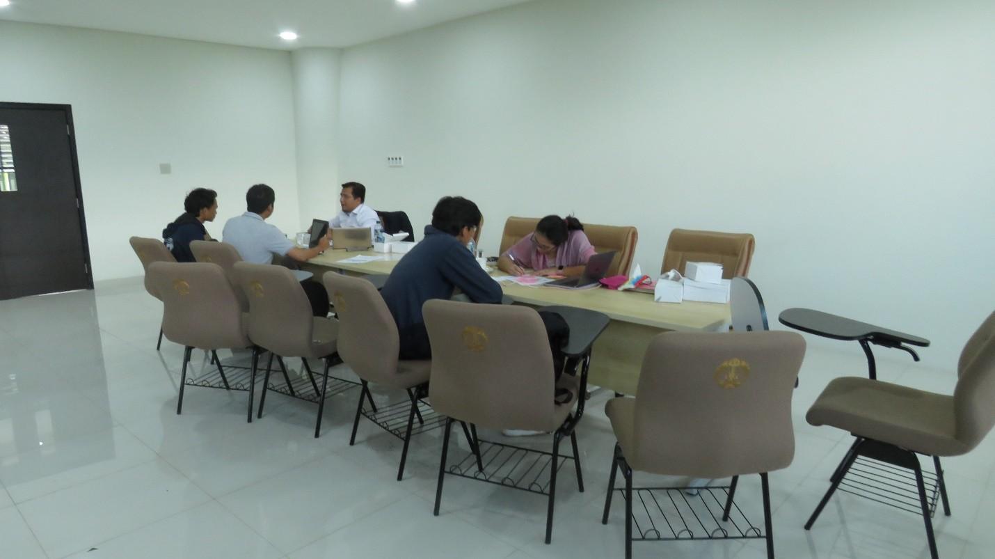 Gambar 1. Peserta tengah berkonsultasi dengan para fasilitator